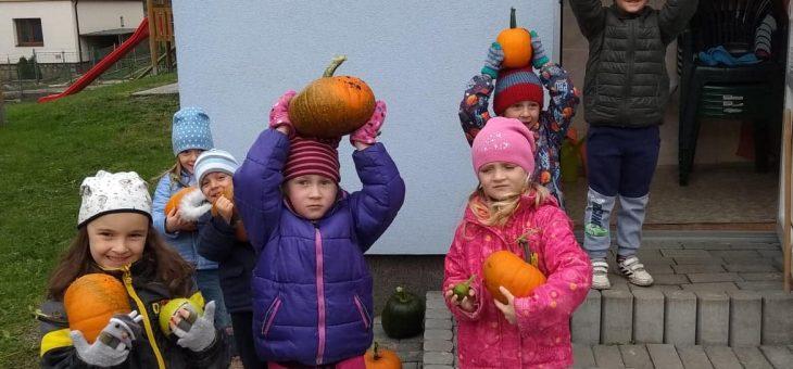 Děti z Motýlka si užívají podzim